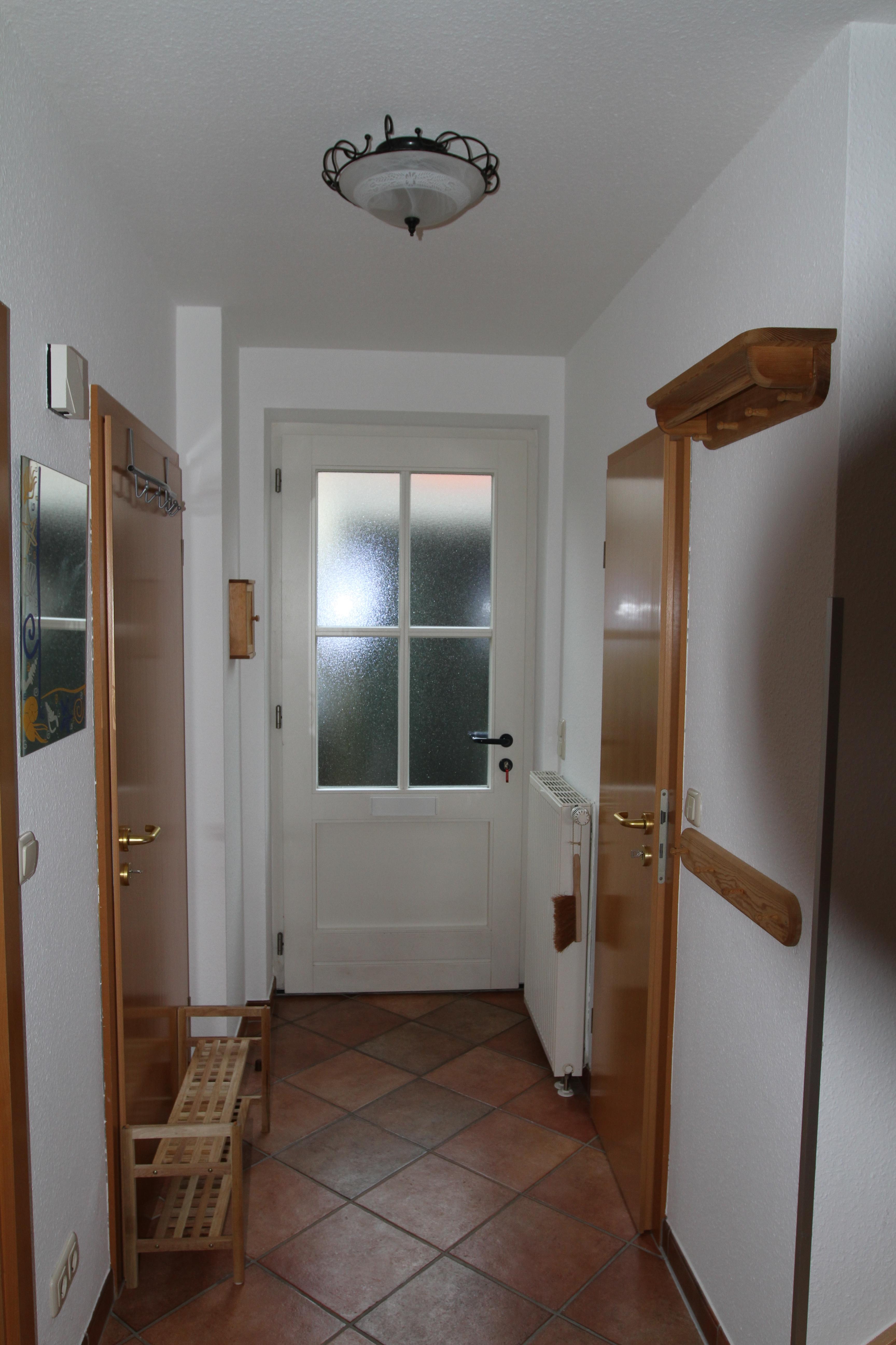 Der Eingangsbereich mit Gadrobe, Die rechte Tür führt zum Gäste-WC